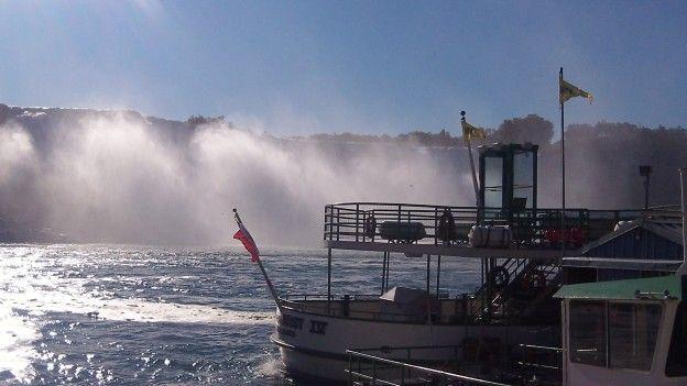 Coté USA et Canada vous pouvez prendre le bateau pour découvrir les Chutes du Niagara photo blog voyage tour du monde http://yoytourdumonde.fr
