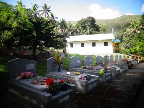 Nouvelle-Caledonie: Dans le cimetiere de la Tribu de Tienganite les steles des morts de ce drame.