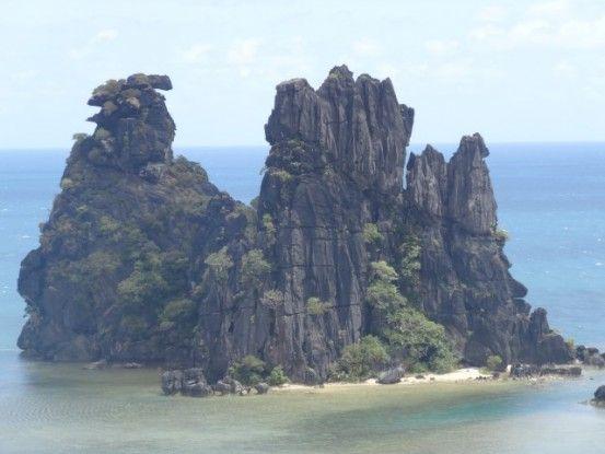 Nouvelle-Caledonie: Hienghène encore la poule couveuse. Ressemblance impressionnante non?