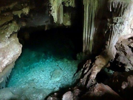 Nouvelle-Caledonie: Unr grotte magnifique pour une princesse en exile.