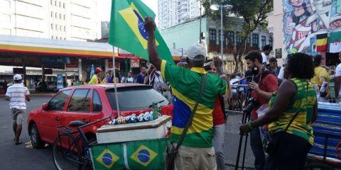 Coupe du monde de football au Bresil: Drapeau bresilien de sortie apres la victoire contre Le Chili