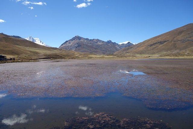 Perou-Huaraz: Sur la route en direction du Glacier Pastouri avec la couleur du Lac de rouge.