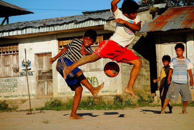 Voyage au Perou- Lagunas: Apres l'ecole s'est partie pour une séance de football.