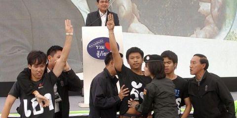 Des étudiants en Thaïlande manifestent contre le Coup d'Etat Militaire le jour de la sortie de Hunger Games 3, photo publié sur le site http://online.wsj.com