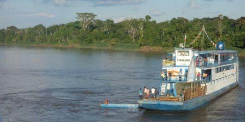 Perou- Amazonie: Un bateau vient nous sauver! Enfin il va tenter! Si il echoue nous restons bloquer 24h de plus!!!! Et il n'y a plus d'eau potable.