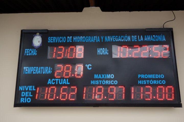 Perou-Iquitos: Panneau intéressant outre que vous apprenez qu'il fait chaud 28° c'est sur le niveau de l'eau que l'info est importante. Normalement le niveau du fleuve a ce moment de l'année est a 1m13 or il est a 1m10...ce qui commence a poser des problemes pour les bateaux!