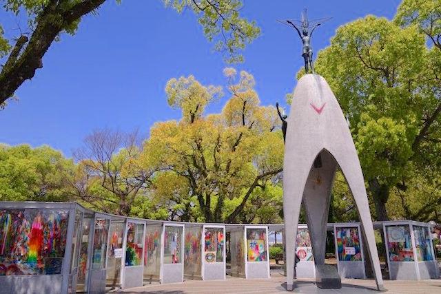 Sadako Sasaki est une petite fille décédé d'une leucémie à cause de la bombe atomique elle est devenue un symbole de la paix. Photo blog voyage tour du monde http//yoytourdumonde.fr