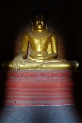 Bouddha dans l'un des temples du site archeologique de Bagan photo voyage tour du monde http://yoytourdumonde.fr