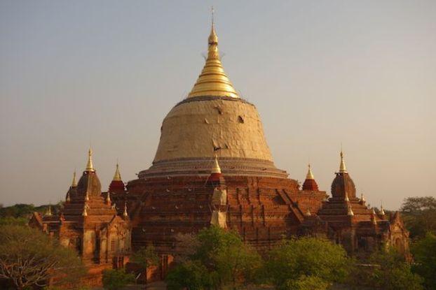 Lorsque le soleil se couche les stupa et a brique deviennent magnifique et changent de couleur photo blog voyage tour du monde http://yoytourdumonde.fr