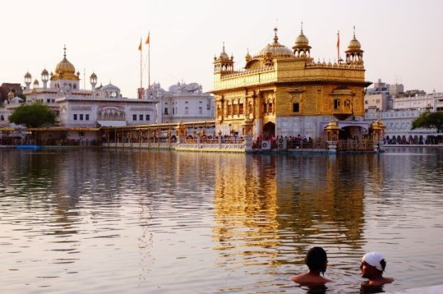 Les sikhs peuvent se baigner dans le bain sacré du Temple d'Or à Amritsar en Inde photo blog voyage tour du monde http://yoytourdumonde.fr