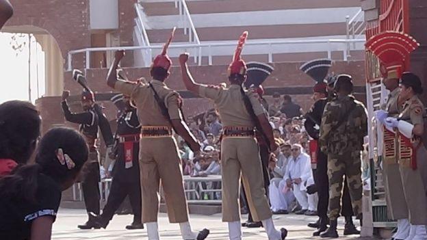 soldats indiens et pakistané pour la ceremonie de fermeture de la frontiere a Amritsar photo blog voyage tour du monde http://yoytourdumonde.fr