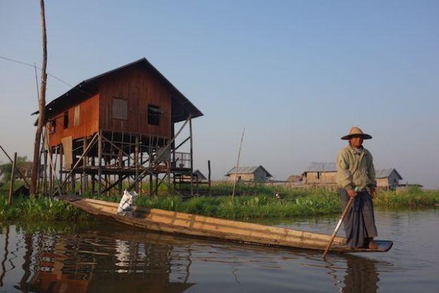 les maisons en pilotis sont magnifique en birmanie et la vie locale est tres interessante a apprendre photo blog voyage tour du monde http://yoytourdumonde.fr