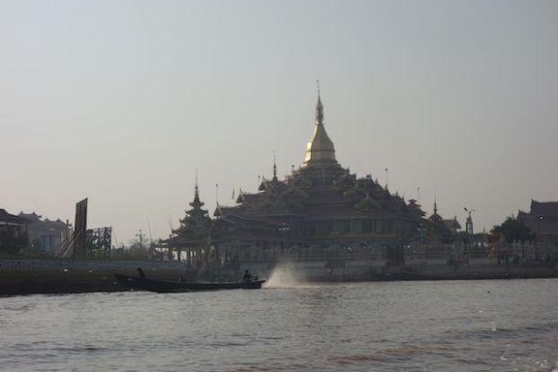 Temple bouddhiste sur le lac inle photo voyage tour du monde http://yoytourdumonde.fr