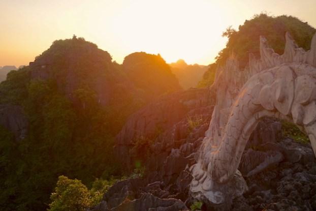 Dragon présent Ninh Binh Baie d'Halong Terrestre photo blog voyage tour du monde http://yoytourdumonde.fr