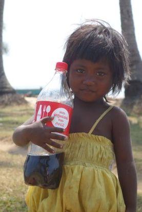 Avec mon scotter j'ai eu la malchance de faire tomber ma bouteille de coca. Une jeune locale était trop content de trouver la bouteille. Photo blog http://yoytourdumonde.fr
