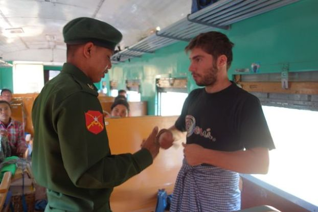 En Birmanie dans le train qui m'amene de Hsipaw à Mandalay je fais la connaissance de soldat qui vont se battre photo blog voyage tour du monde http://yoytourdumonde.fr