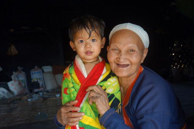 J'adore cette photo avec le portrait d'une jeune birmane et sa maman ou grand mere photo blog voyage tour du monde http://yoytourdumonde.fr