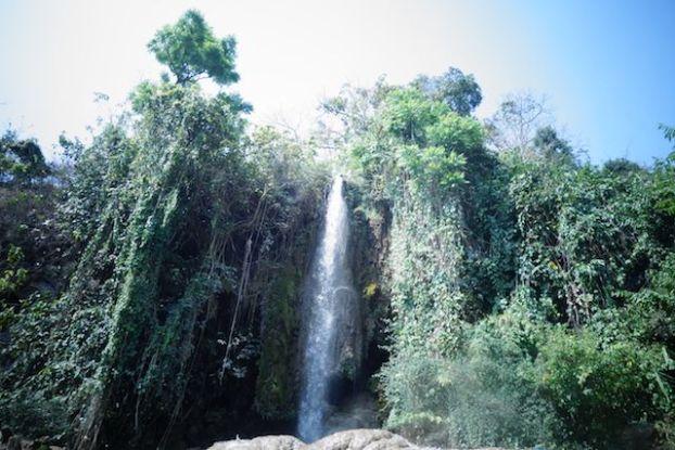 Enorme chutte d'eau ou waterfull en birmanie pres de l'etat shan dans la localité de hsipax treck photo voyage tour du monde http://yoytourdumonde.fr