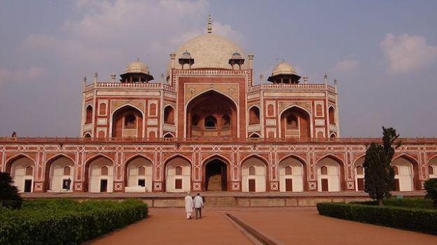 Tombe de Humayun à New Delhi en Inde est un batiment superbe inscrit au Patrimoine Mondiale de l'Unesco photo voyage tour du monde http://yoytourdumonde.fr