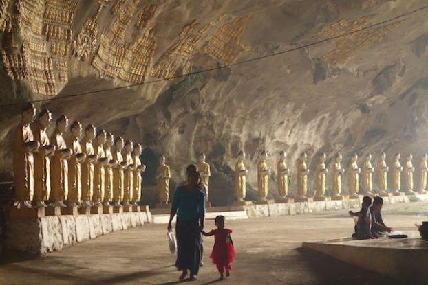 Dans la grote de Sadan des locaux vont mediter ou se trouvent des dizaines de statuts de bouddha a hpa-an en birmanie photo blog http://yoytourdumonde.fr