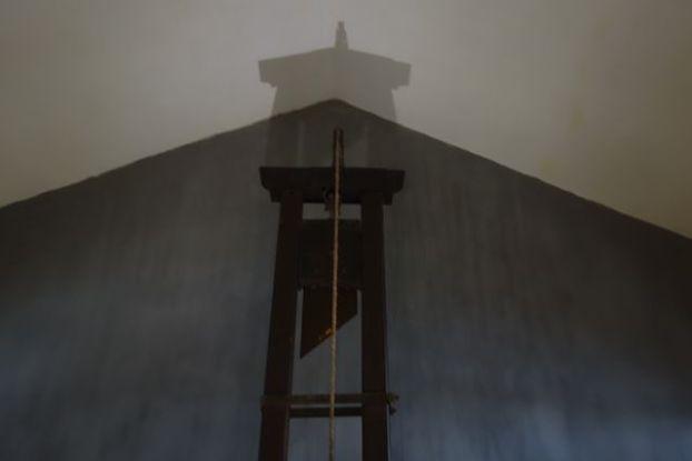 Voyage au Vietnam: Je n'avais pas vu de guillotine avant mon tour du monde. Apres l'avoir vu en Nouvelle Caledonie, je l'a vois devant moi dans cette prison d'Hanoi. Elle me fait toujours aussi peur!