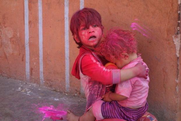 les enfants jouent durant la fête de Holi en Inde du cote de Jodhpur blog photo voyage tour du monde http://yoytourdumonde.fr