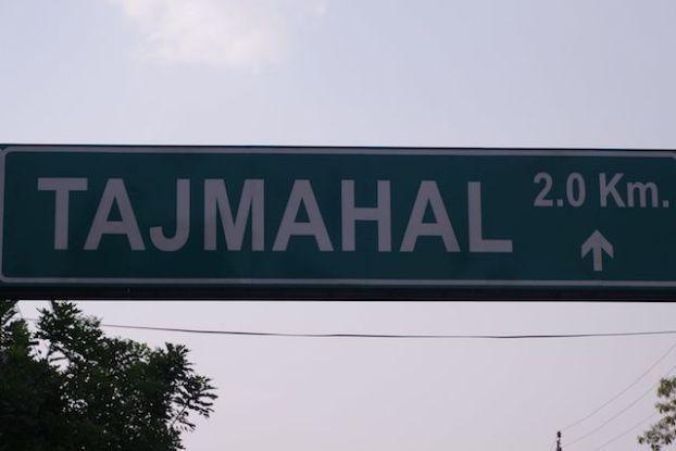 Pnneaux de circulation qui annonce a Agra en Inde le Taj Mahal photo blog voyage tour du monde http://yoytourdumonde.fr