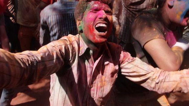 Grosse fête de holi festival dans les rues de Jodhpur pour cette fameuse fête des couleurs! A faire phoot blog voyage tour du monde http://yoytourdumonde.fr