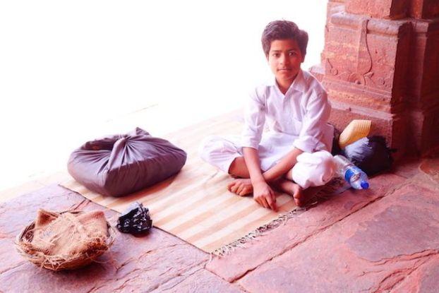 Des musulmans en grands nombres sont present dans la Mosquée Jama pour prier à Fatehpur Sikri en Inde. Photo blog voyage tour du monde http://yoytourdumonde.fr