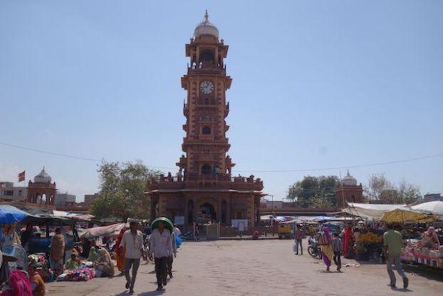 La tour de l'horloge à Jodhpur se visite pour 30 roupies surperbe repere pour ne pas se perdre dans la ville photo blog voyage tour du monde http://yoytourdumonde.fr