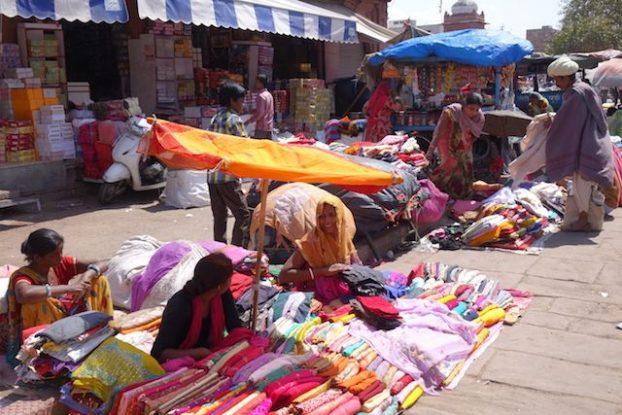 Des indiens vendent des produits sur le Sardar market de Jodhpur photo voyage tour du monde http://yoytourdumonde.fr