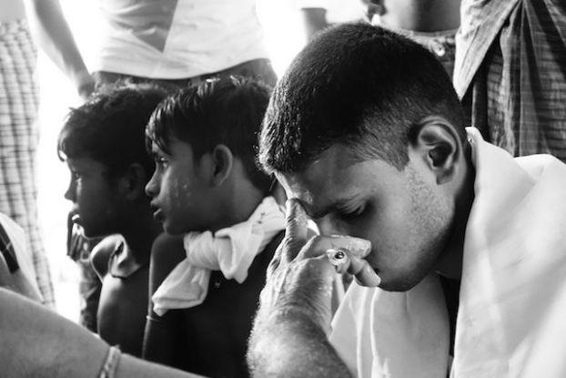 Un jeune hindouiste en pleine ceremonie du cote de l'ile de l'ogre en birmanie photo blog voyage tour du monde http://yoytourdumonde.fr