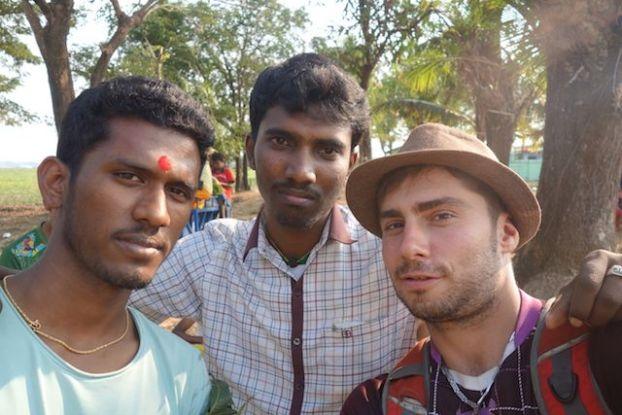 etudiant birmans qui m'ont expliqué comment ils vivaient dans cette communauté hindouiste en birmanie photo voyage tour du monde http://yoytourdumonde.fr