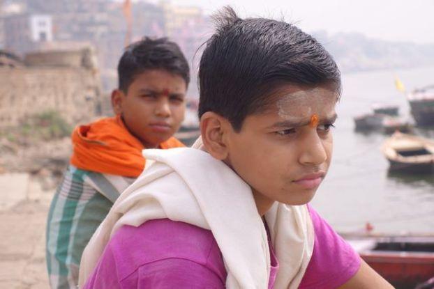 Photos de deux hindouistes dans les eaux du Gange à Varanasi ou Benares. Photo blog http://yoytourdumonde.fr