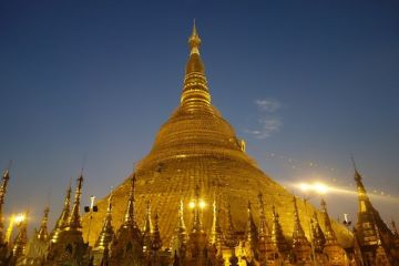 La Pagode Shwedagon se prete parfaitement à la meditation en compagnie des moines bouddhistes photo blog voyage http://yoytourdumonde.fr