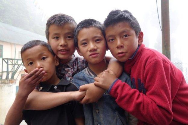 Des enfants tibetains dans l'ecole de Darjeeling en inde photo blog voyage tour du monde http://yoytourdumonde.fr