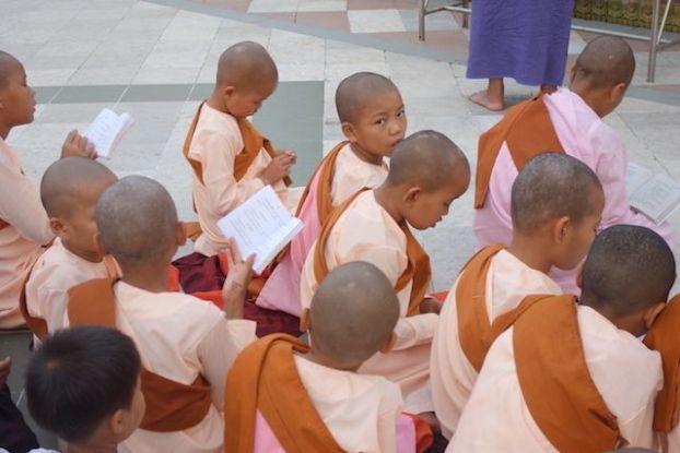 Il n'y a pas que les hommes qui peuvent entrer dans des temples a vie pour mediter en compagnie de Bouddha. Les filles aussi le peuvent. photo blog voyage tour du monde http://yoytourdumonde.fr