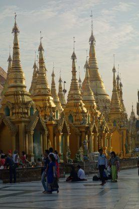 La Pagode Shwedagon avec son architecture superbe de ce lieu saint a rangoon photo blog voyage tour du monde http://yoytourdumonde.fr