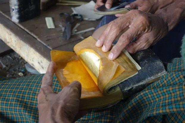 Bouquin ou sont deposé les feuilles d'or quartier des fabricants de feuilles d'or photo voyage tour du monde http://yoytourdumonde.fr