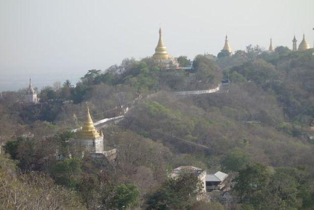 La Colline de Sagaing ressemble etrangement au Tibet avec une multitude de Stupa mais aussi de temple bouddhiste photo blog voyage tour du monde http://yoytourdumonde.fr