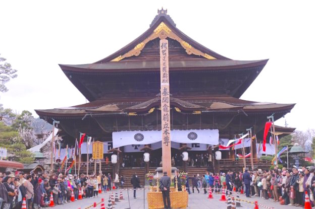 Le superbe temple Zenko-ji de Nagano. Photo blog voyage tour du monde http://yoytourdumonde.fr