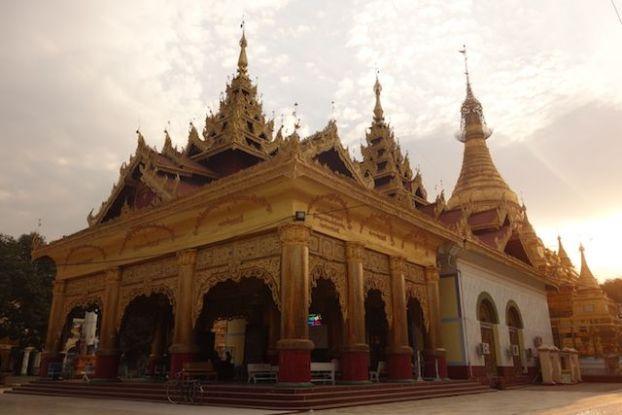 visite temple bouddhiste dans la ville de monywa phot blog voyage tour du monde http://yoytourdumonde.fr