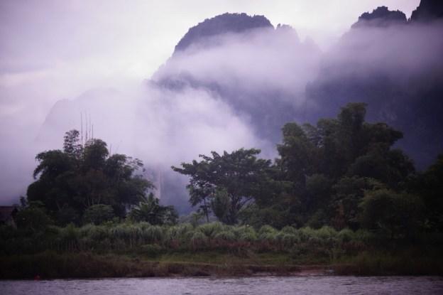Au petit matin la ville de Vang Vien au Laos est souvent sous le brouillard. Photo article tour du monde http://yoytourdumonde.fr
