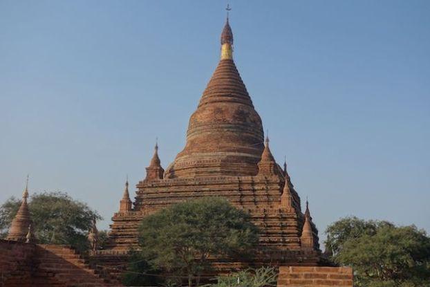 La brique rouge qui change de couleur avec le soleil sur le Temple de Htilominlo dans la cité archeologique de Bagan en Birmanie photo blog tour du monde http://yoytourdumonde.fr