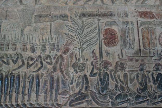 Representation d'un mariage avec un pretre sur un bas relief d'Angkor Vat au Cambodge. Photo blog http://yoytourdumonde.fr