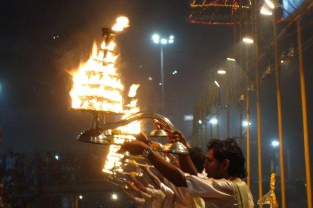 Inde: Cérémonie varanasie. Photo blog voyage tour du monde. http://yoytourdumonde.fr