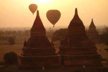 montgolfiere au petit matin du cote de bagan photo voyage tour du monde http://yoytourdumonde.fr
