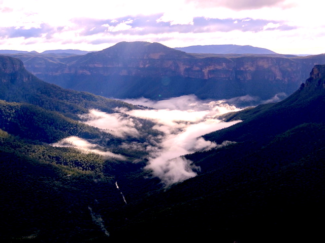 La beauté du National Pass entre foret et nuage au Blue Mountains photo blog tour du monde http://yoytourdumonde.fr