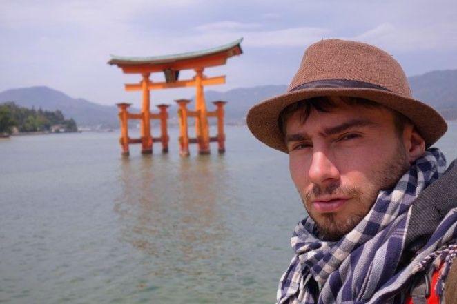 Portrait de Yohann Taillandier devant le celebre Tori de Miyajima photo blog voyage tour du monde http://yoytourdumonde.fr