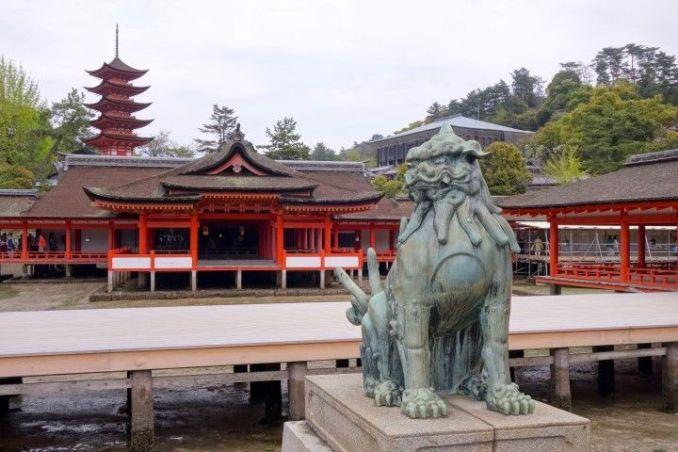Temples et sanctuaires magnifique du coté de l'Ile de Miyajima photo blog voyage tour du monde http://yoytourdumonde.fr